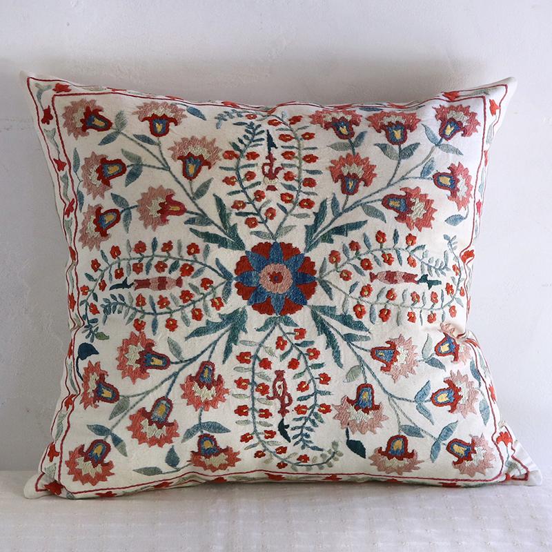 シルク手刺繍のクッションカバー/ウズベキスタンスザンニ/suzani49×45cmカーネーションと小さな花
