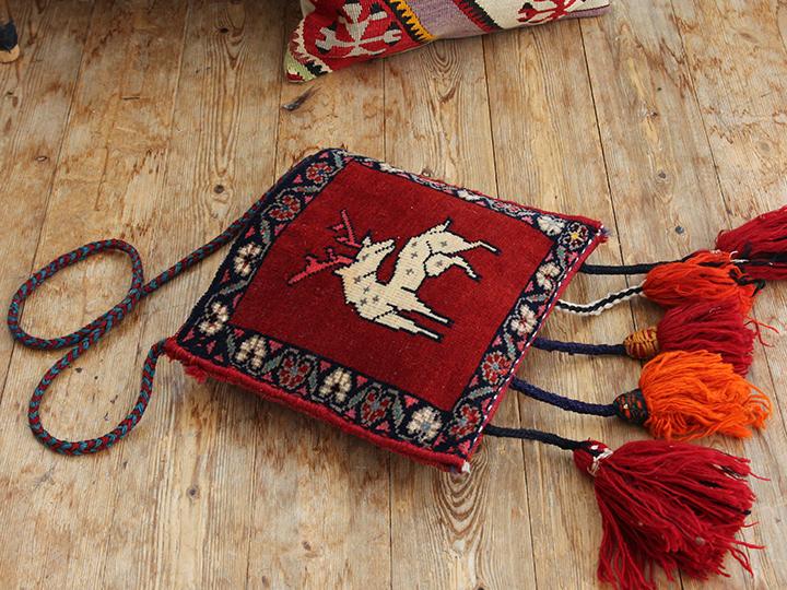 オールドカーペット・小さいヘイベ絨毯のミニバック/大きなタッセル付き