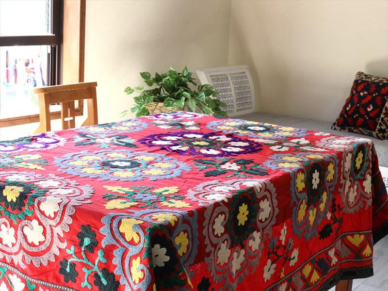 ウズベキスタン・スザンニ(suzani)赤い地/ペールカラーと鮮やかなレモンイエロー・たくさんの花