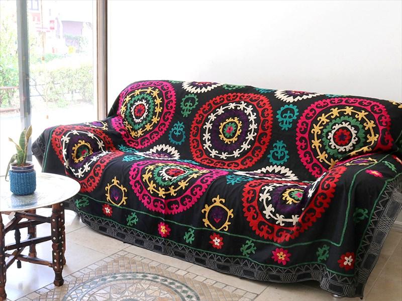 ウズベキスタンの刺繍布オールドスザンニ(suzani)黒いコットンの地/赤とピンクの花モチーフ