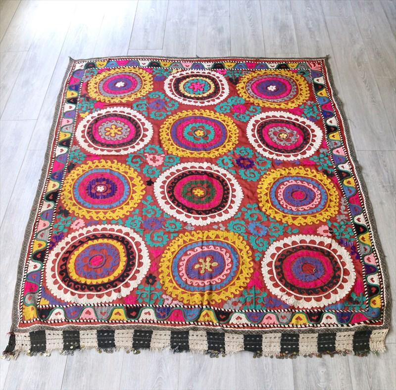 ウズベキスタンの刺繍布オールドスザンニ(suzani)レンガ色の地/太陽の花とペパーミント・グリーン