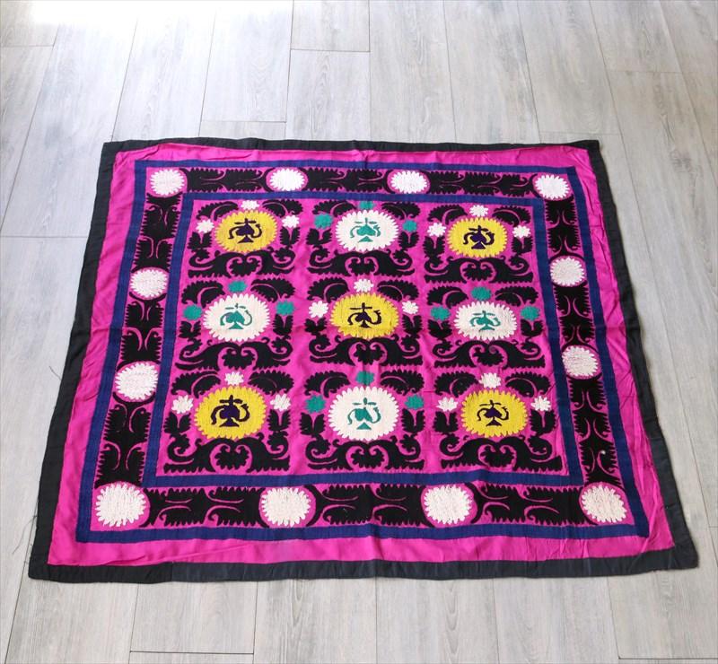 ウズベキスタン・スザンニ(suzani)鮮やかなピンク/ブラック&イエロー&ホワイト/チャイポットと花・ソフレ・正方形サイズ