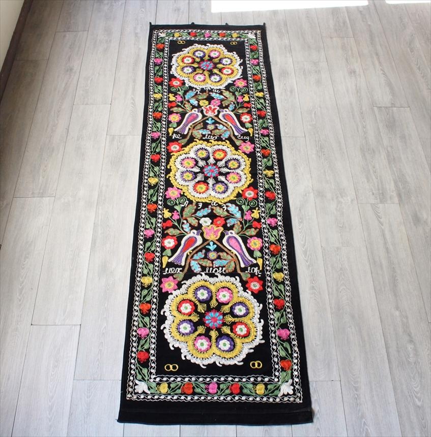 オールドスザンニ・ベルベット地にチェーンステッチの華やかな刺繍細長いサイズ・ブラック 3つの大輪の花