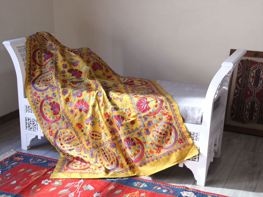 SUZANI スザンニ刺繍 ウズベキスタンの手仕事・オスマントルコの伝統柄157×107cmイエロー・カーネーションとチューリップ 三日月デザイン
