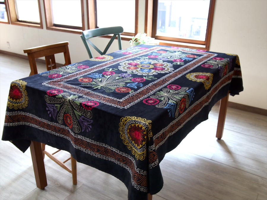 オールドスザンニ・ベルベット地にチェーンステッチの華やかな刺繍197×135cmブラック・カラフルなフラワーブーケ