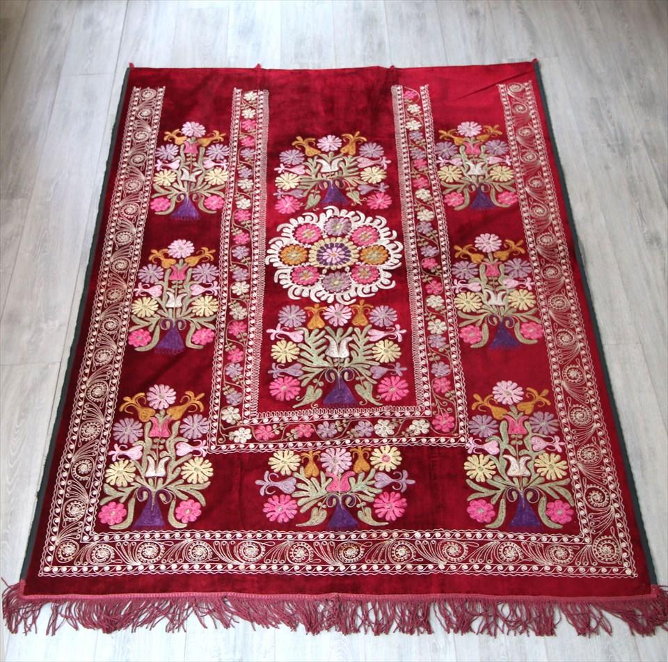 オールドスザンニ・ベルベット地にチェーンステッチの華やかな刺繍185×136cmレッド・/カーテン仕様のため片側に縁がないデザイン タッセル付き