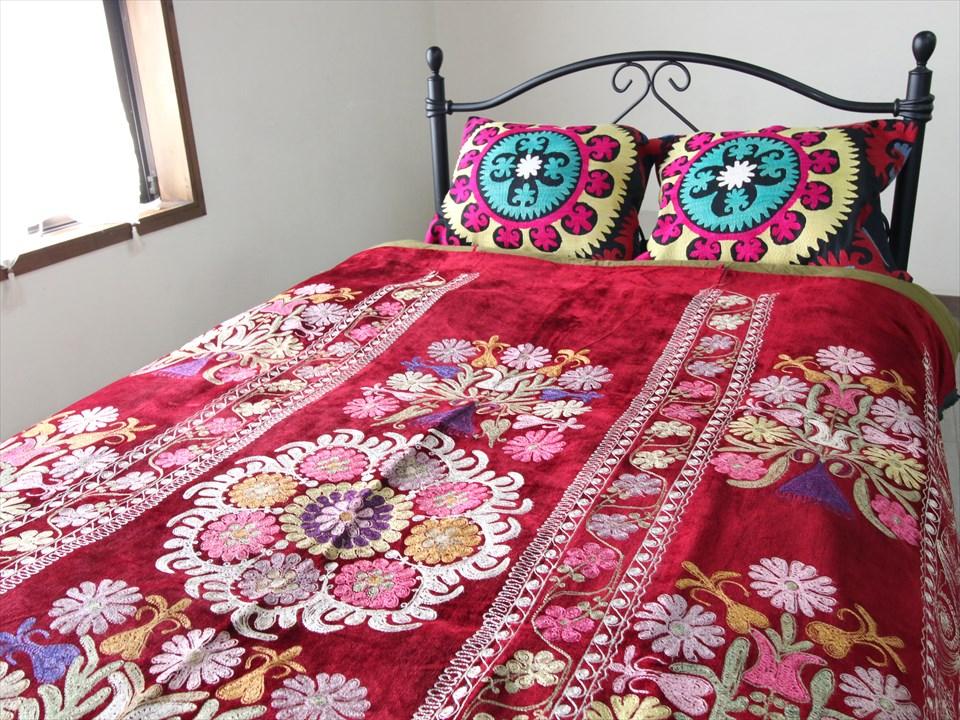 オールドスザンニ・ベルベット地にチェーンステッチの華やかな刺繍185×137cmレッド・/カーテン仕様のため片側に縁がないデザイン タッセル付き