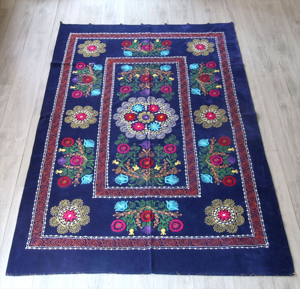 オールドスザンニ・ベルベット地にチェーンステッチの華やかな刺繍203×136cmコバルトブルー・カラフルなフラワーブーケ