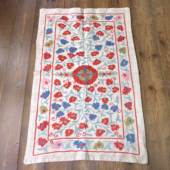 ウズベキスタンの刺繍布スザンニ(スザニ)シルクの手刺繍アンティークリプロダクション/オレンジとブルーのフラワーモチーフ