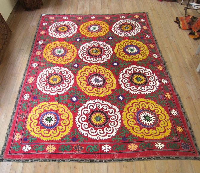 スザニ ウズベキスタンの刺繍布・オールドスザンニ261×191cm小豆色に白と黄色の12の大輪