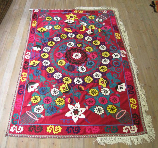 スザニ ウズベキスタンの刺繍布・オールドスザンニ222×146cm花束に囲まれた大輪・1973年