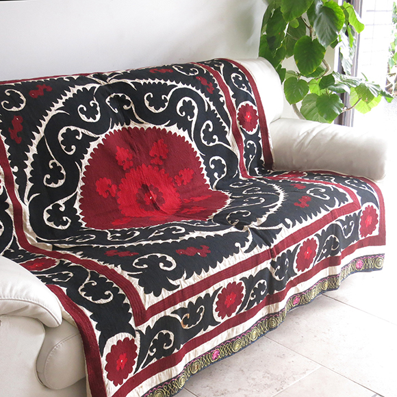 太阳 / 乌兹别克斯坦苏珊撒马尔罕、 suzani 红色和黑色