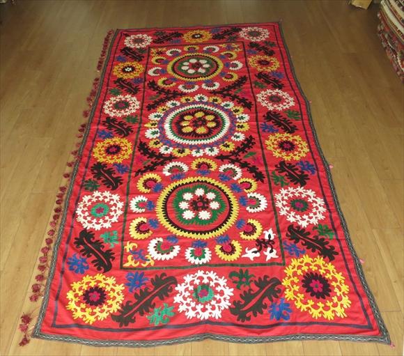 ウズベキスタン・スザンニ(suzani)268×140cmオレンジがかった赤/イエロー、グリーン&ブルー/繊細な花のモチーフ
