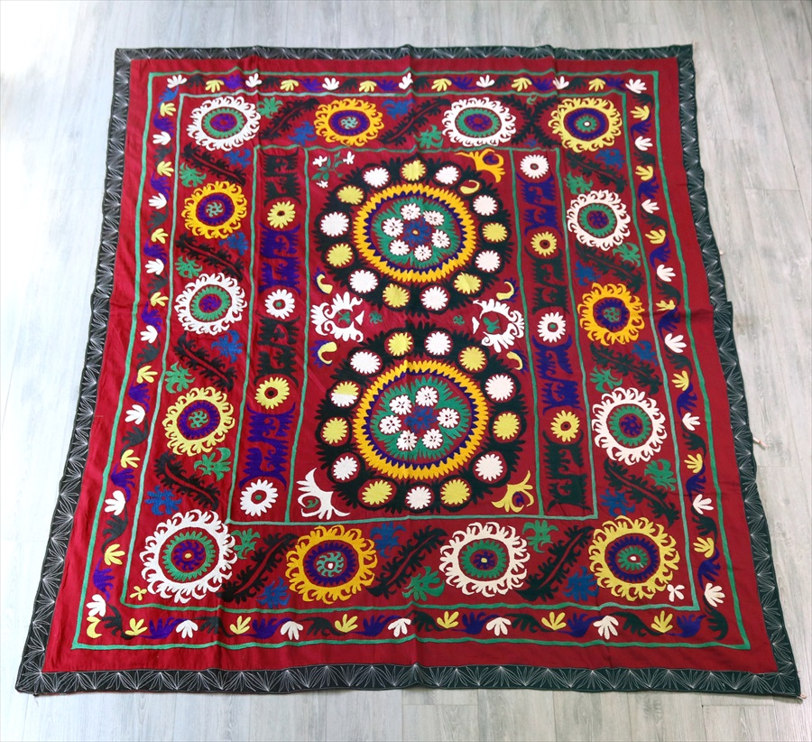 ウズベキスタンの刺繍布オールドスザンニ223×185cm紫がかった小豆色の地/2つのお花・3つのボーダー