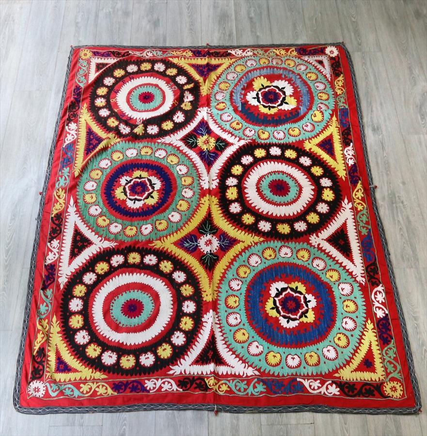 ウズベキスタン・スザンニ(スザニ)182×145cmオレンジがかった赤い地/ペパーミントグリーン、ブラック&イエロー/6つの大輪の花
