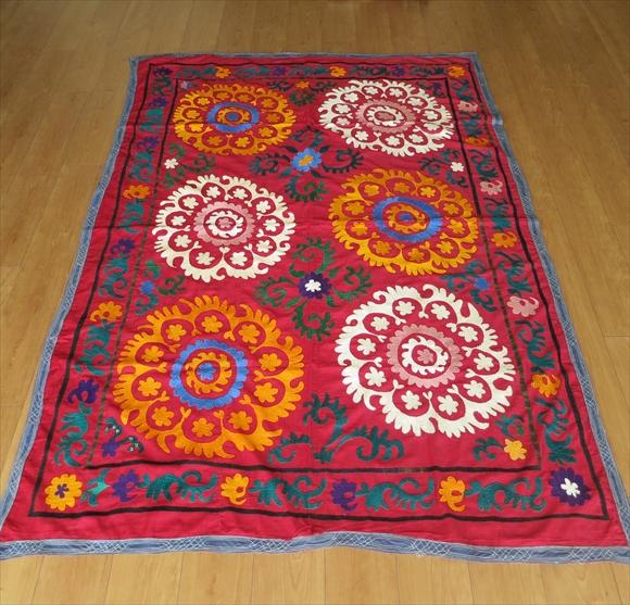 ウズベキスタンの刺繍布オールドスザンニ196×135cm紫がかった小豆色の地/ブラック&ホワイト・6つのお花