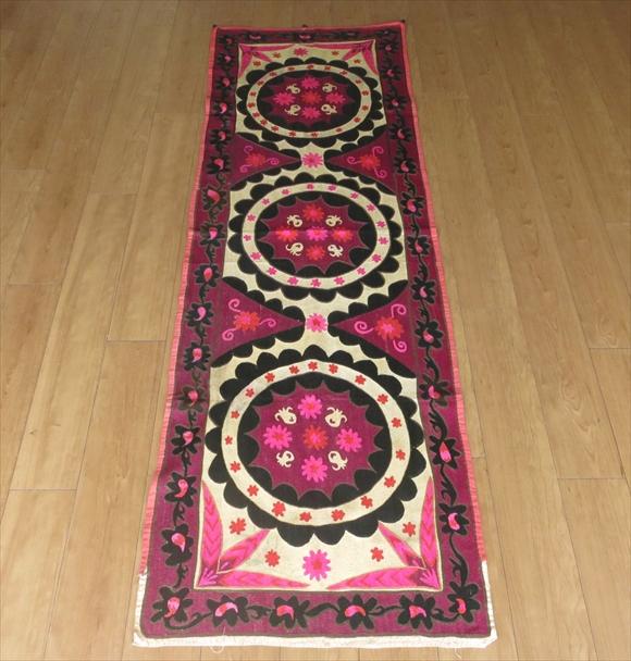 ウズベキスタン・スザンニ(スザニ)208×68cm鮮やかなピンク&ブラック/ベージュ・繊細な刺繍・3つの大輪の花