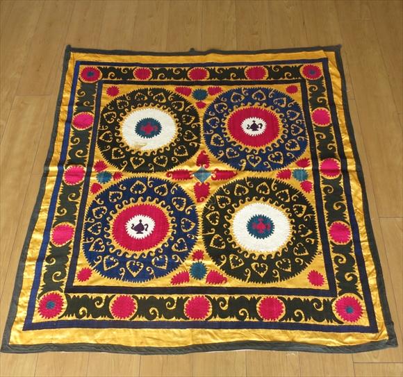 ウズベキスタン・スザンニ(スザニ)オールド114×109cm鮮やかなイエロー/ピンク&ブラック・お花とチャイポット・ティーパーティーデザイン・ソフレ・正方形サイズ