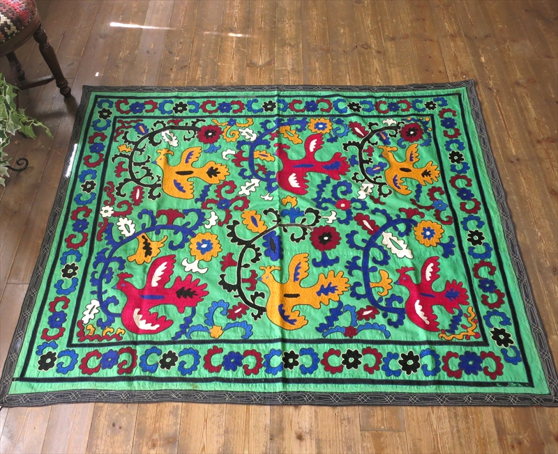 ウズベキスタンの刺繍布・オールドスザンニ(スザニ)ミントグリーン・ピンクとイエローのはばたく鳥
