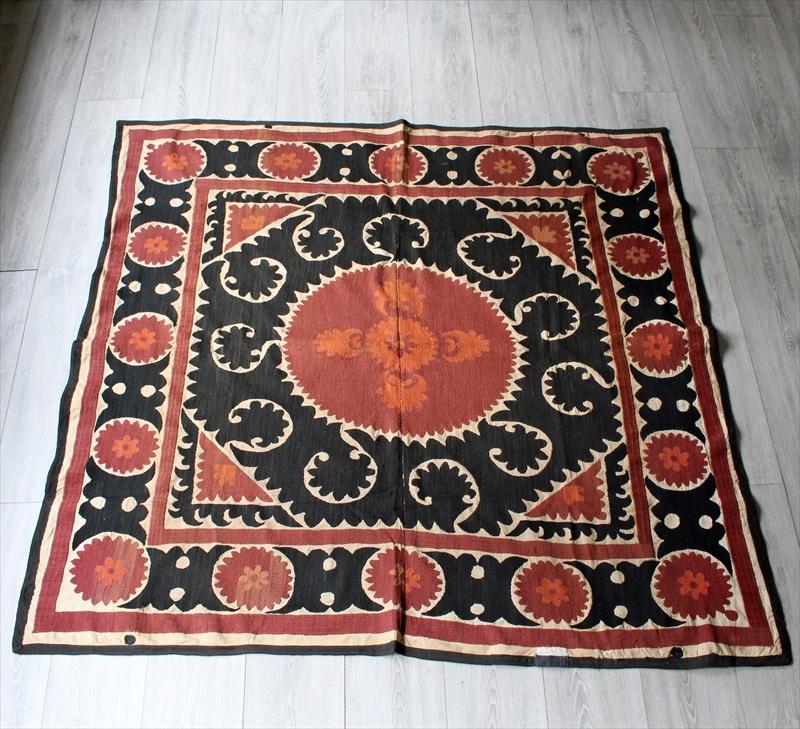 ウズベキスタンの刺繍布スザンニ150×144cm赤と黒の太陽/サマルカンド