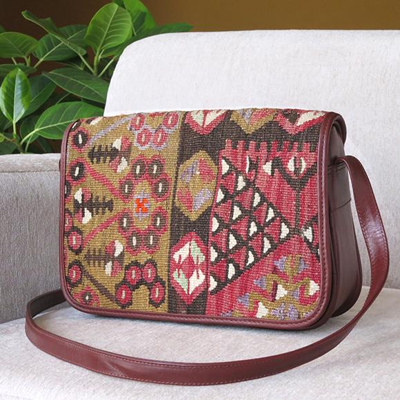 オールドキリムと革のバッグ・フタのある横型ショルダーローズピンク&パープル/ベレケットのモチーフ