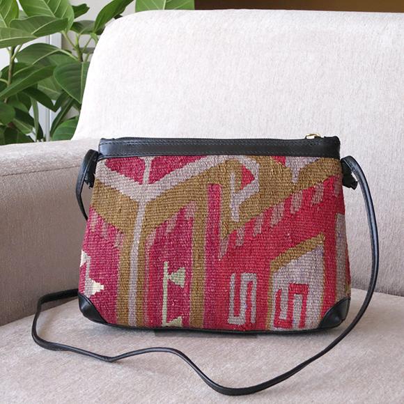 オールドキリムと革のバッグ・シンプルショルダーローズピンク&パープル/ベレケットのモチーフ