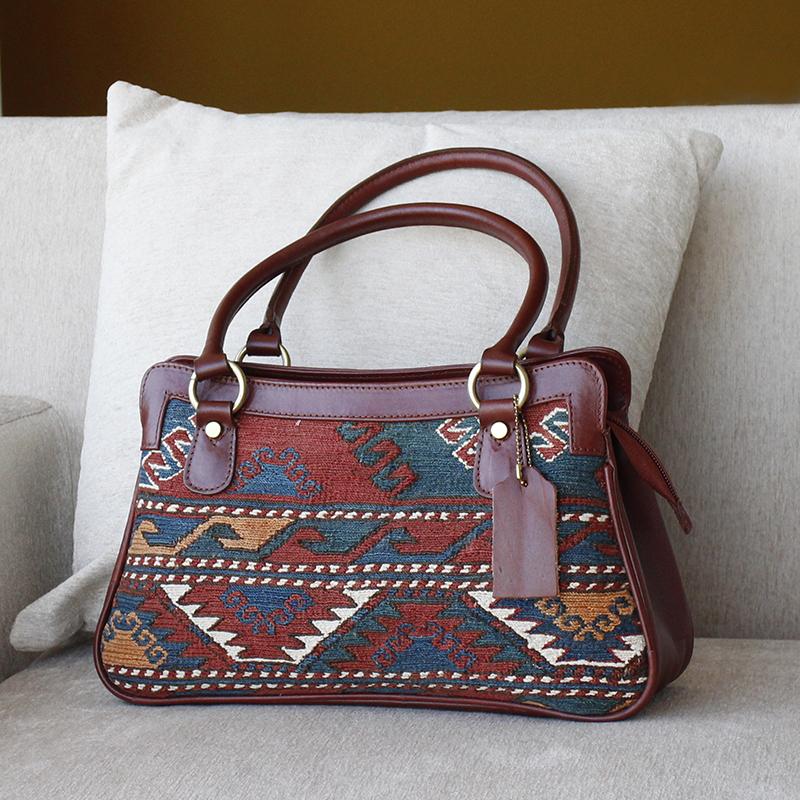 オールドキリムと革のバッグ・トラピジウムスマック織り
