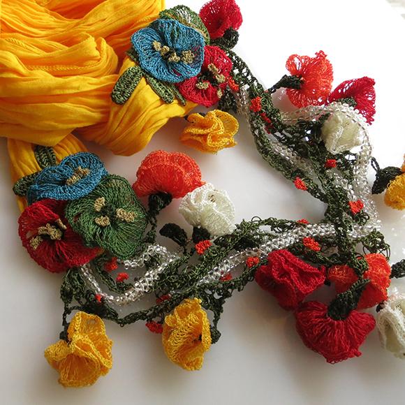 大きなオヤモチーフが付いたボリューム感のあるスカーフ風ネックレス イエロー