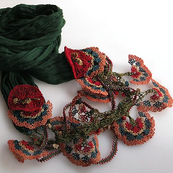 大きなオヤモチーフが付いたボリューム感のあるスカーフ風ネックレス ダークグリーン