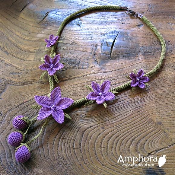 イーネ・オヤ刺繍針で作る繊細なレースネックレス/パープルのみかんの花