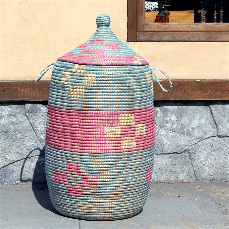 アフリカのランドリーバスケット/セネガルバスケット高さ77cm直径34cm/手編み/天然素材/水草/ふた・取っ手付きブルー&ピンクフラワー柄