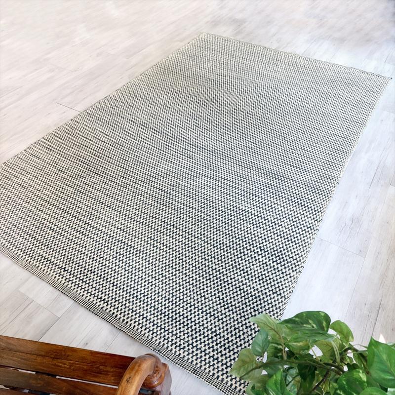 手織りウールラグ すっきりとしたモダンデザイン 247x158cm白と黒のチェッカー