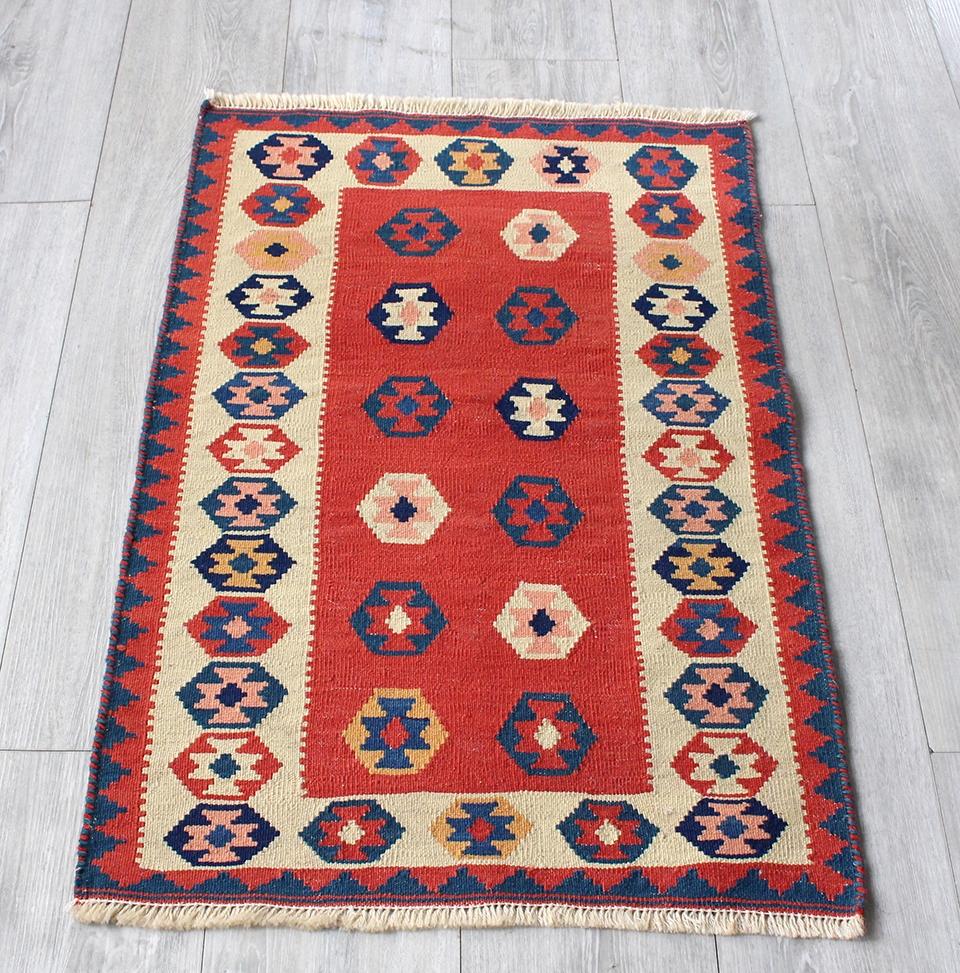 イラン手織りラグ・カシュカイキリム玄関マットサイズ90×58cmヤストゥクサイズ・レッド&ナチュラルアイボリー 幾何学モチーフ