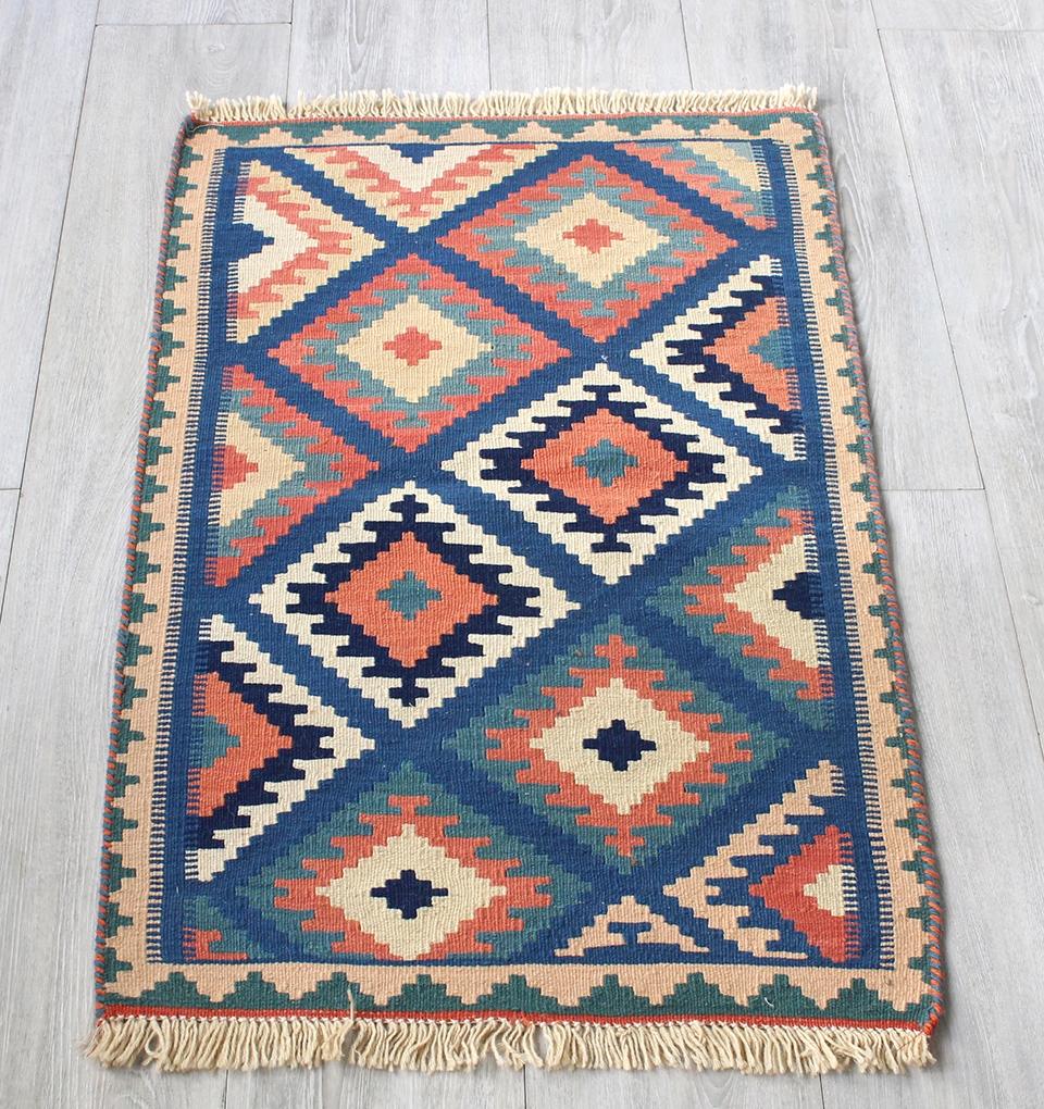 イラン手織りラグ・カシュカイキリム玄関マットサイズ89×54cmヤストゥクサイズ・ブルー&ベージュ 幾何学モチーフ
