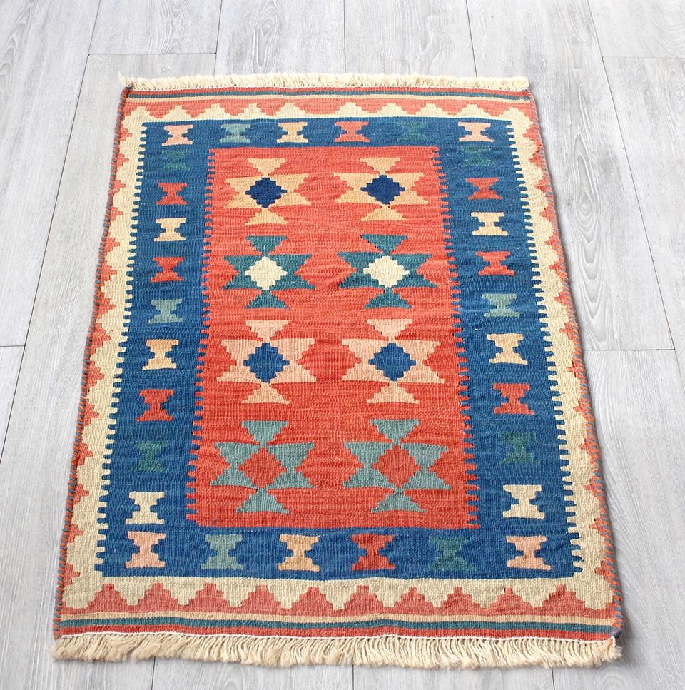 イラン手織りラグ・カシュカイキリム玄関マットサイズ88×54cmヤストゥクサイズ・レッド/ブルー カラフルなモチーフ