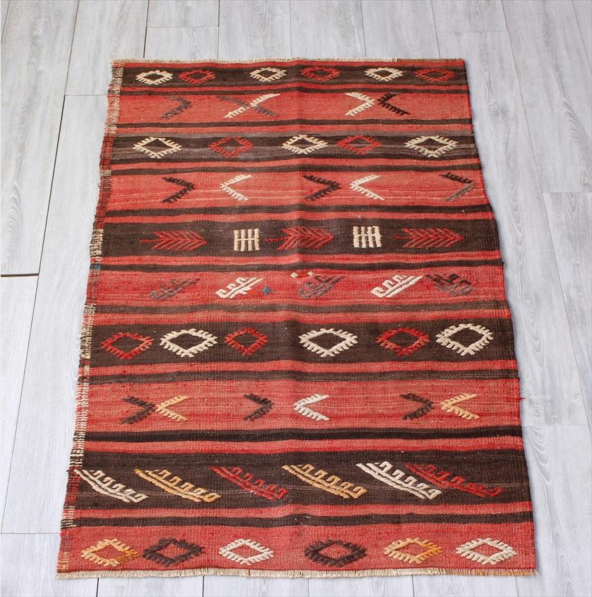 オールドキリム アダナ・チェイレキサイズ140×89cm色褪せた赤と黒のストライプ