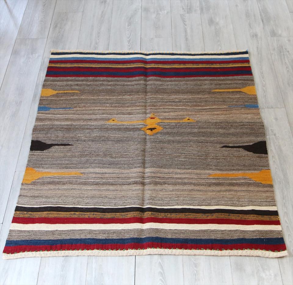 草木染のカシュカイ族の手織りキリム122×111cm正方形のソフレ・ナチュラルブラウン