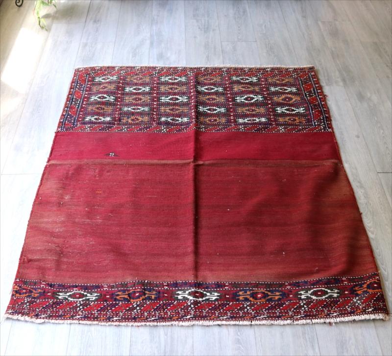 トルクメン・ヤムート/オールドキリム・収納袋を開いたピース140×118cm2色の赤色・明るい赤と色あせた赤色 OUTLET・難あり品