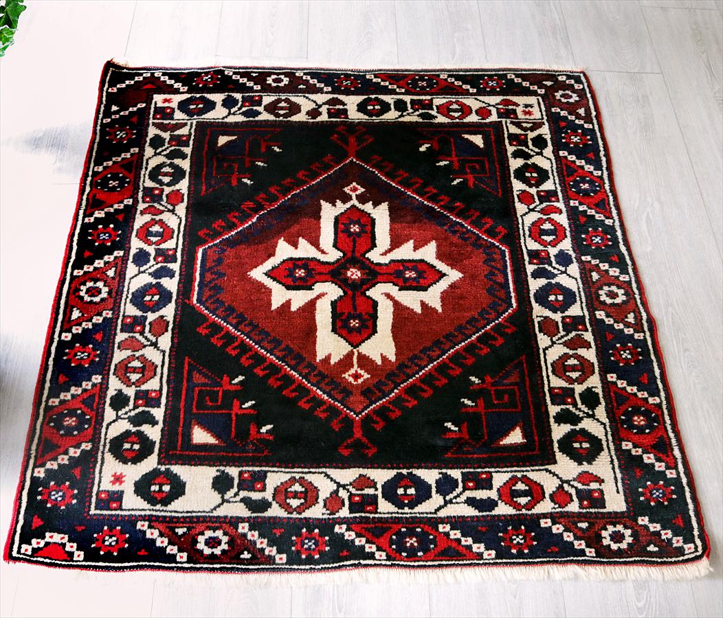 トルコ手織り絨毯・ドゥシュメアルトゥ/チェイレキひし形のメダリオン・スクエア/レンガ色・ブルー&グリーン