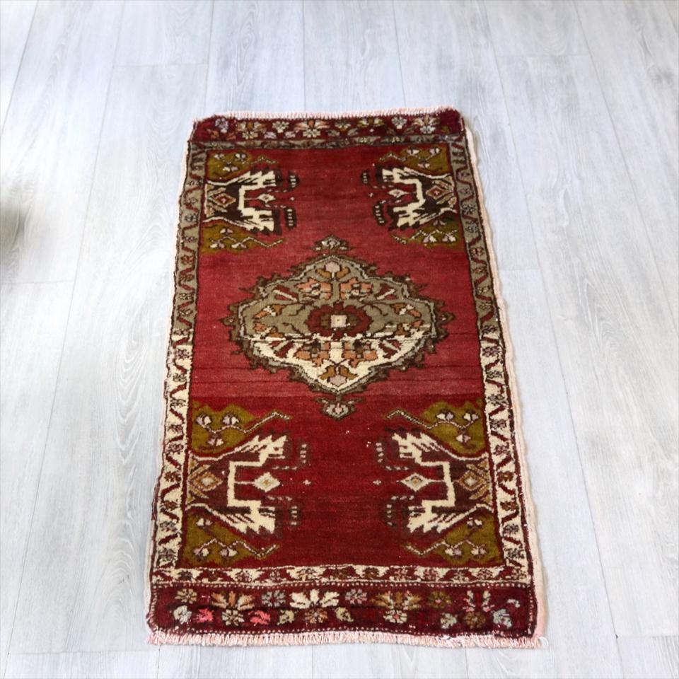 エリアラグ・オールドカーペット ギュネイ/ヤストゥク102×51cmギュネイ/花のあるひし形メダリオン