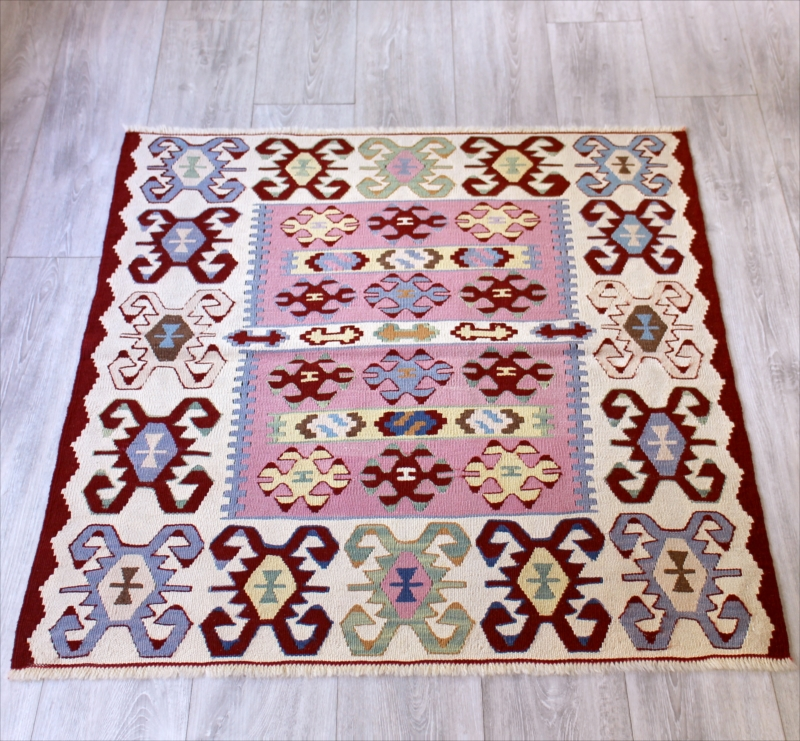 トルコ・ウシャク地方の手織りキリム/チェイレキ101×100cmピンク&ボルドー スクエアサイズ