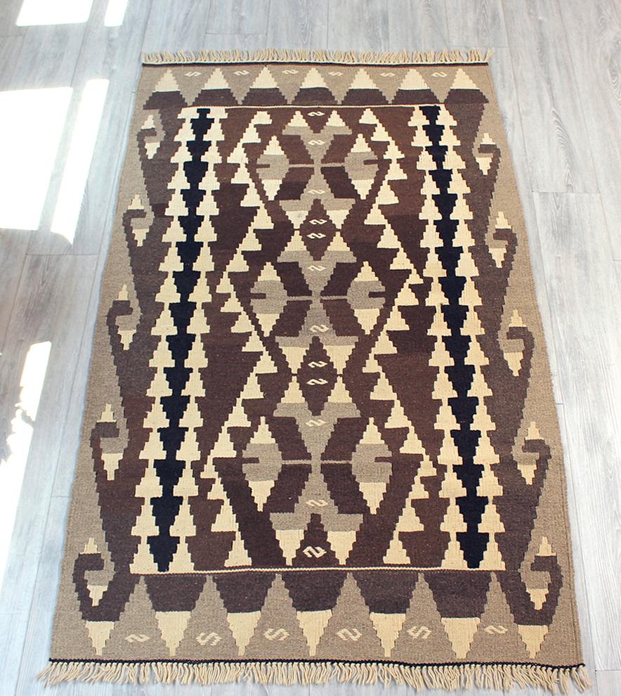 やわらかな織りのトルコのカイセリキリム・スタンダード・セッジャーデ・ナチュラルモノトーン/大きなオオカミの足跡