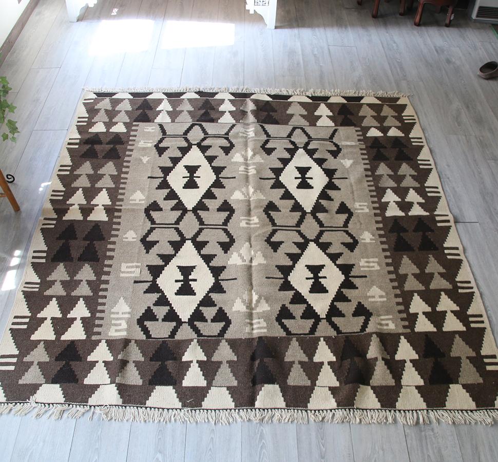 カイセリキリム・正方形スクエアサイズ193×187cm染めていないナチュラルカラー