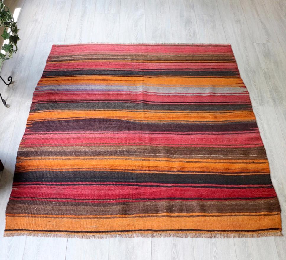 オールドキリム・シワスチェイレキ142×123cm赤・オレンジ・ナチュラルブラウンのボーダー