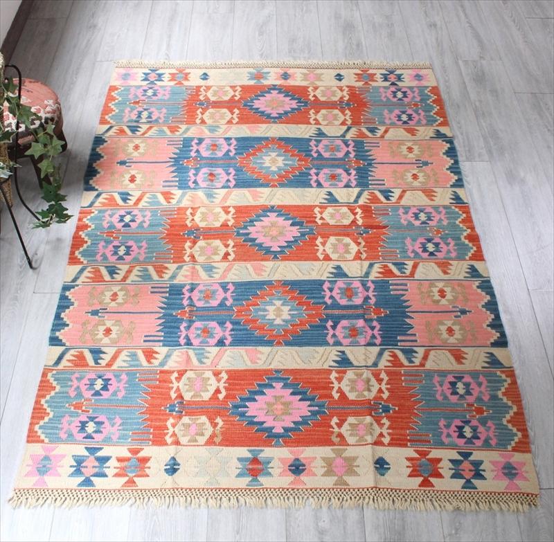 色にこだわる~ワンランク上のカイセリ産手織りキリムセッヂャーデシンプルな色使い・赤と青のサンドゥック