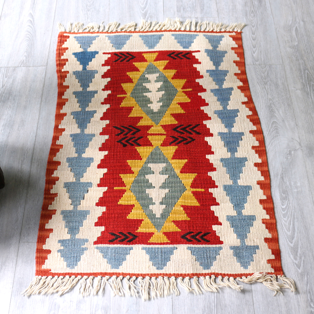 やわらかな織りのカイセリキリム・ヤストゥクサイズ・89×58cmレッド&イエロー・2つのイーブルアイ