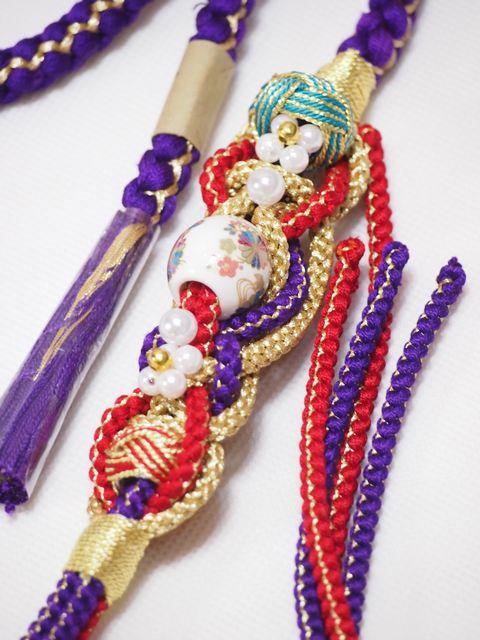 振袖用丸組み帯締め 苧環(おだまき)に吉祥文様の飾り玉やパールビーズの帯飾り付き 紫と赤【帯〆】【絹100%】【成人式】