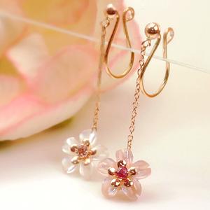 桜モチーフの揺れるイヤリング