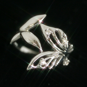 ダイヤモンド ホワイトゴールド 10K リング レディース 指輪・アモロファーレ 大人気 蝶 バタフライモチーフ ピンキーリング 誕生日プレゼント 女性 ファッションリング ボリューム 太い 太め K10 10金 ちょうちょ 可愛い ゆびわ ブランド 宝石 おしゃれ
