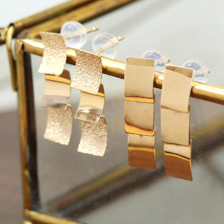 【あす楽対応】ピアス 10K ゴールド・セルム 揺れる スタッドピアス 華奢 シンプル レディース 地金 K10 10金 四角 プレート デザイン おしゃれ ジュエリー ブランド